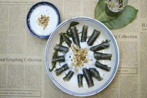Đĩa bánh lá mít nước cốt dừa đậu phộng béo ngậy dai dai.