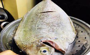 Khứa cá thật khéo để có những đường đep mắt.