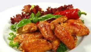 Cánh gà vàng óng đẫm nước sốt chua ngọt ngon nhức nách.