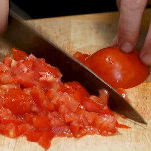 Bạn có thể thái cà chua thành hạt lựu hoặc thái miếng.