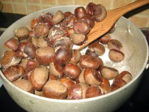 Rang hạt dẻ đều tay cho đến khi vừa đủ độ thơm ngon.