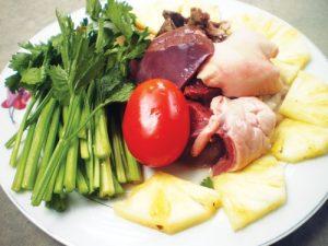 Sơ chế các loại nguyên liệu để làm lòng bò xào chua ngọt.