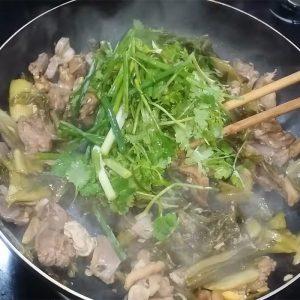 Cho rau thơm và hành lên chảo lòng gà xào đảo đều và tắt bếp.