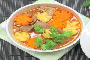 Màu sắc bắt mắt và không kém phần ngon miệng đưa cơm của món canh lưỡi heo nấu rau củ.