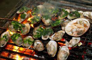 Chú ý điều chỉnh lượng nhiệt trên bếp than để nghêu nướng mỡ chài chín đều.