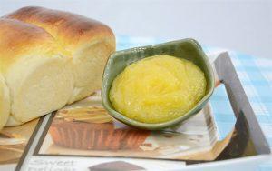 Bánh mì nướng lên và ăn cùng sốt trứng gà.