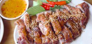 Thưởng thức thịt vịt nướng ngon tuyệt cùng cơm nóng.