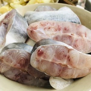 Chọn khúc cá giữa nhiều thịt ngon miệng để nấu canh.