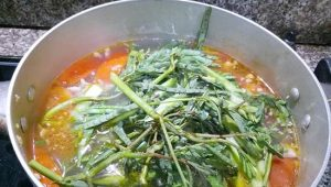 Cho rau rút vào nồi canh đun cuối cùng cho chín và tắt bếp.