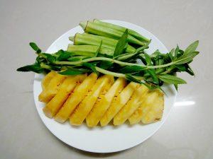 Sơ chế dứa, rau củ,... thật sạch sẽ để nấu canh.
