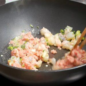 Xào thịt và tôm cho chín sơ để chuẩn bị làm miến xào măng.