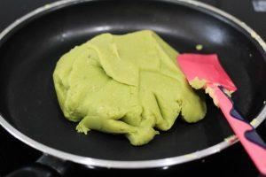 Lấy muôi gỗ và khuấy đều để sên đậu xanh mềm mịn nhuyễn.
